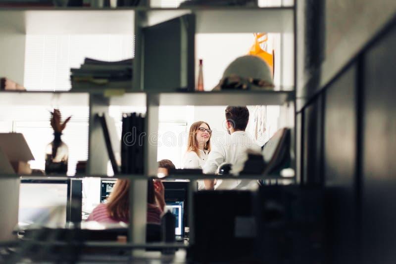 Twee architecten die nieuw project bespreken op modern kantoor stock foto's