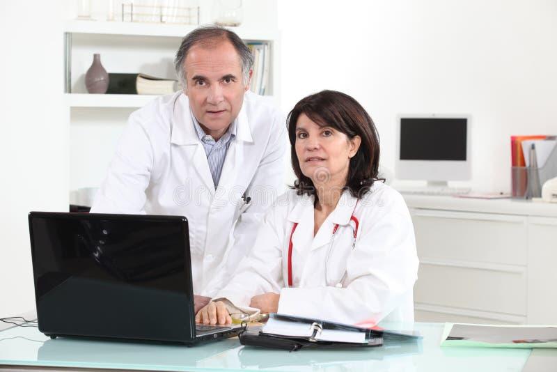 Twee artsen stock foto