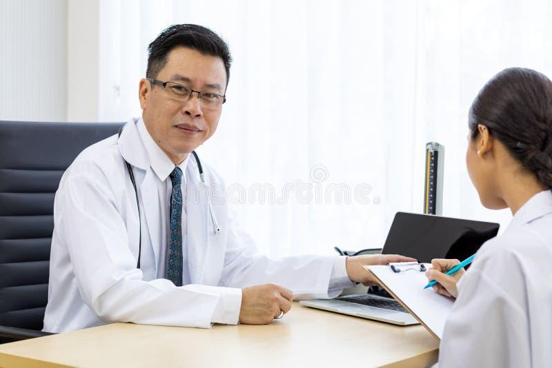 Twee artsen bespreken stock fotografie