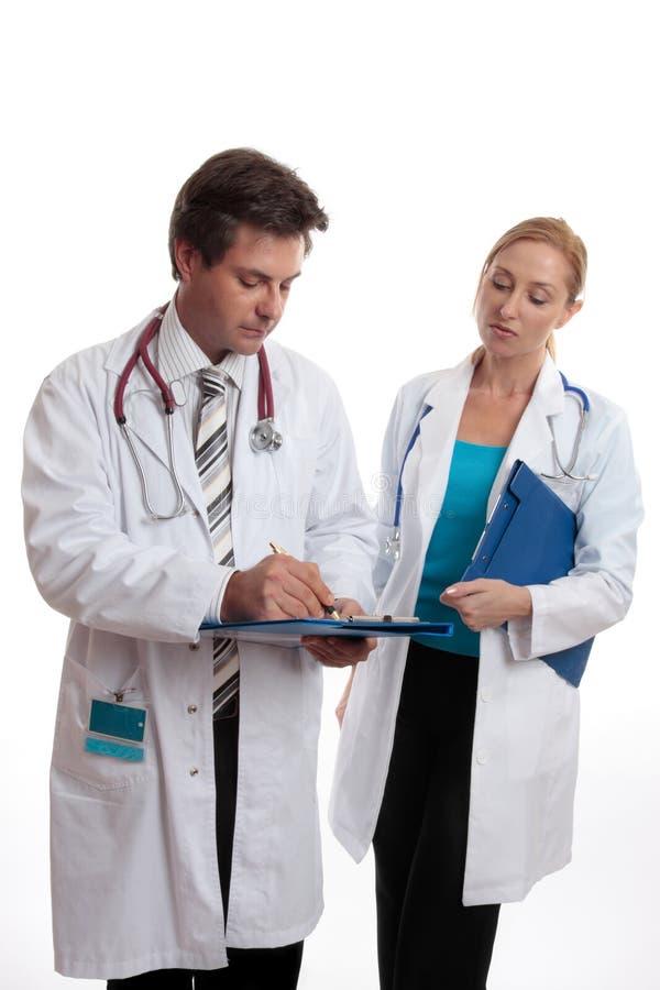 Twee artsen in bespreking stock foto's
