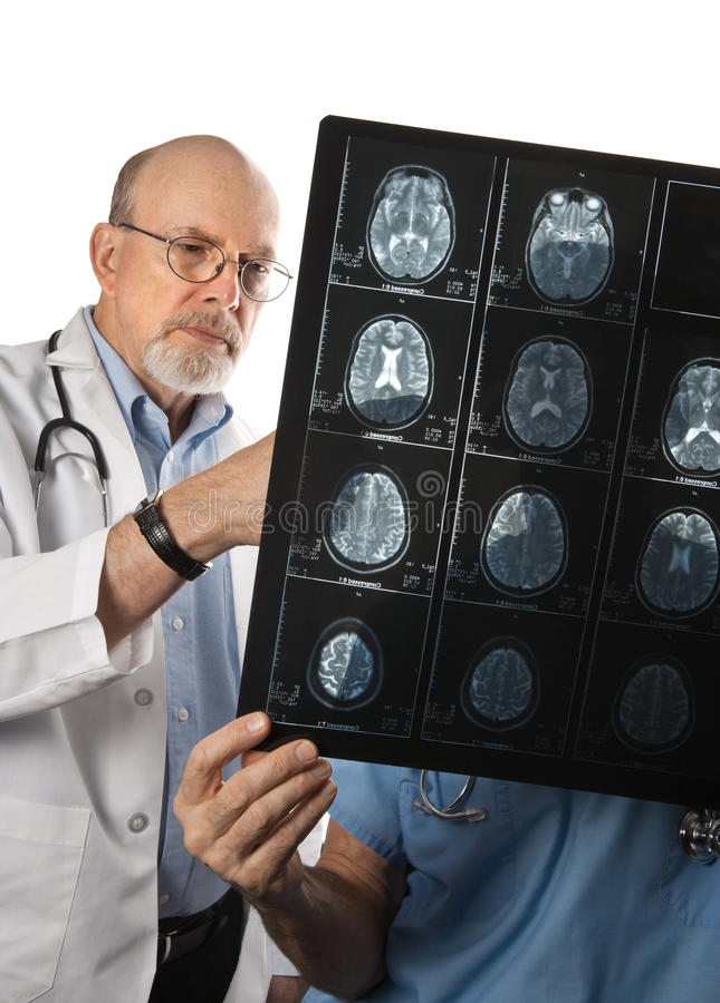 Twee Artsen die het Aftasten van Hersenen bekijken MRI stock fotografie