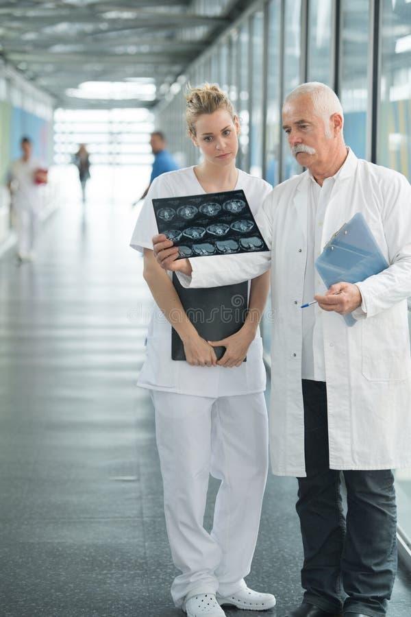 Twee artsen die röntgenstraal bekijken stock afbeelding