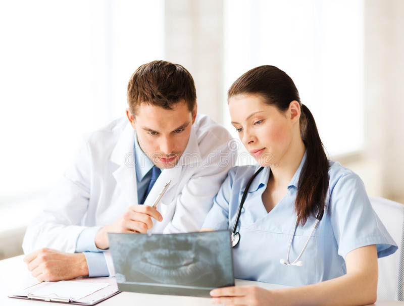 Twee artsen die röntgenstraal bekijken royalty-vrije stock afbeeldingen