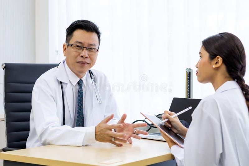 Twee artsen het bespreken stock fotografie