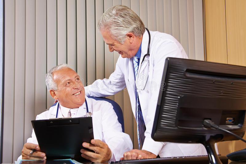 Twee artsen in het ziekenhuisbureau royalty-vrije stock afbeelding