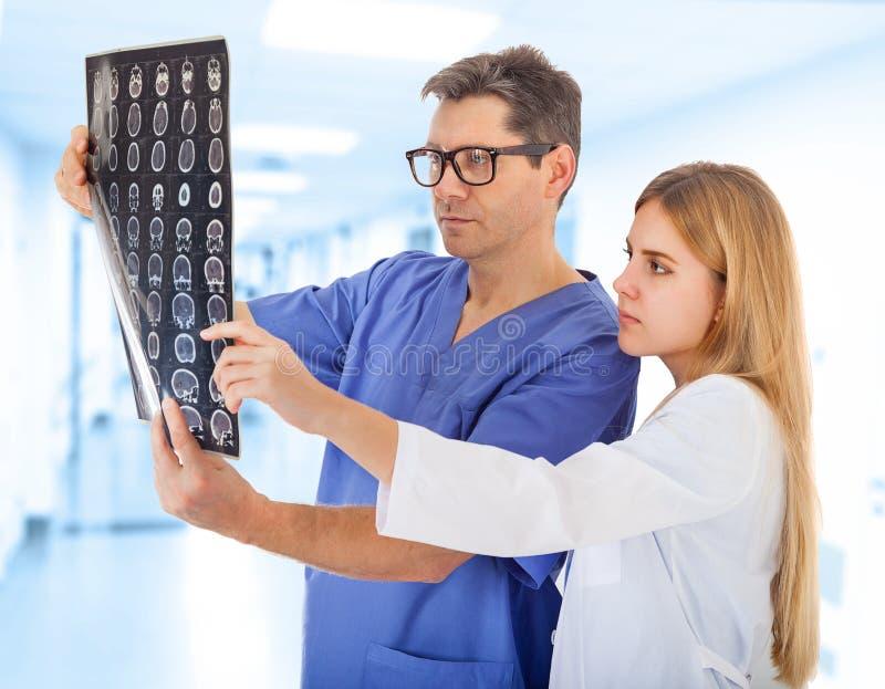 Twee Artsen met Röntgenstraalbeeld royalty-vrije stock foto