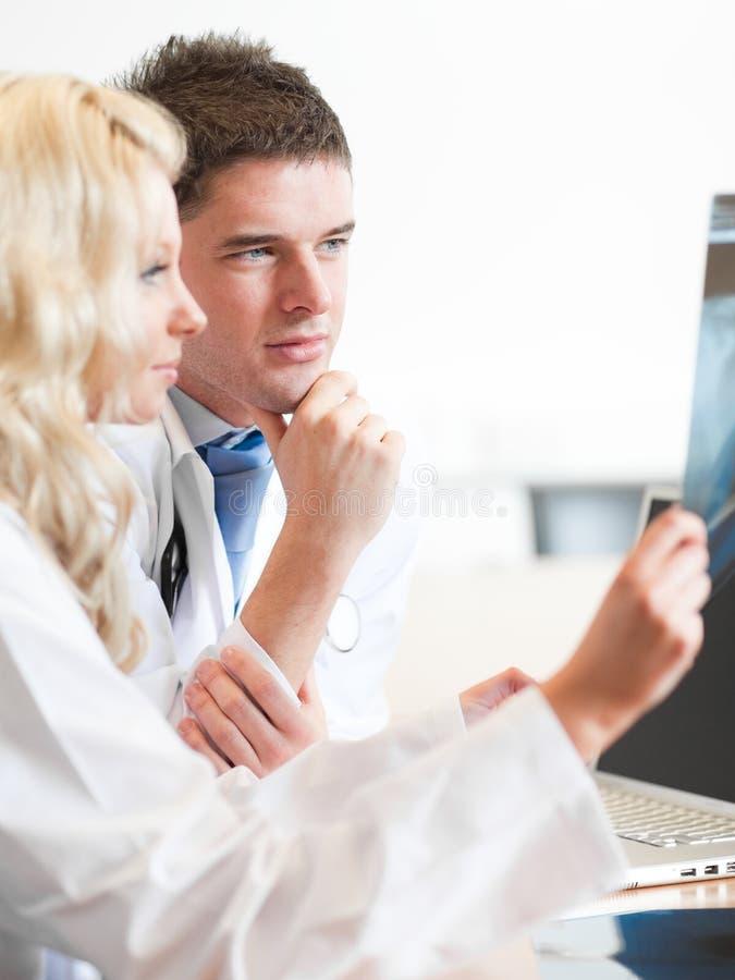 Twee artsen met radiogram royalty-vrije stock afbeelding