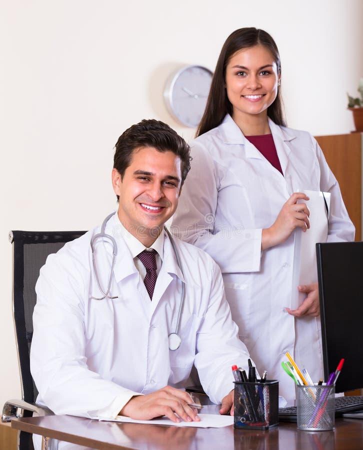 Twee artsen in privé kliniek royalty-vrije stock foto's