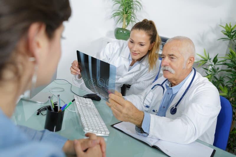 Twee artsenbespreking over de patiënt van film ex-Ray royalty-vrije stock foto