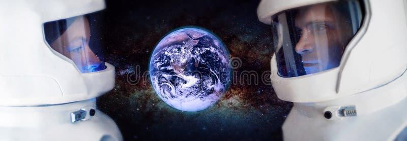 Twee astronauten, een man en een vrouw die de planeet Mars bekijken Elementen van dit die beeld door NASA wordt geleverd royalty-vrije stock afbeelding