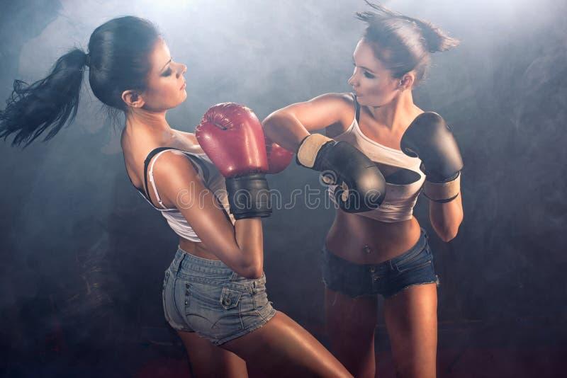 Twee atletische meisjes die bij gymnastiek sparring royalty-vrije stock foto