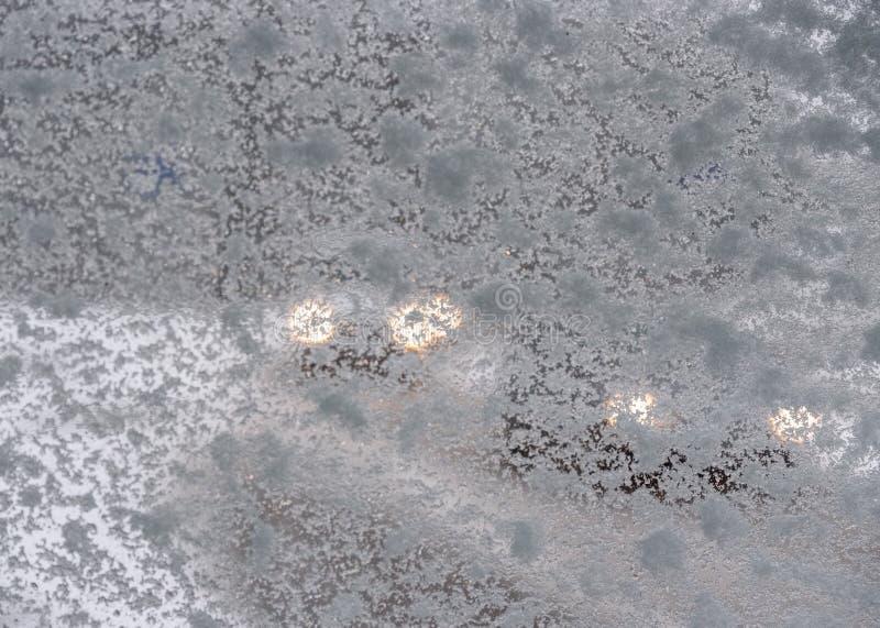 Twee auto's die in verminderd zicht toe te schrijven aan een sneeuwvenster naderbij komen royalty-vrije stock foto's