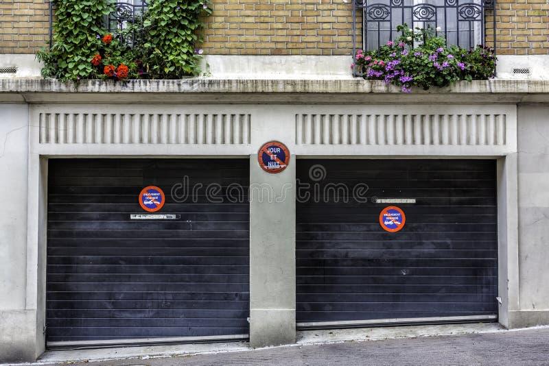 Twee autogarage in Parijs royalty-vrije stock afbeelding
