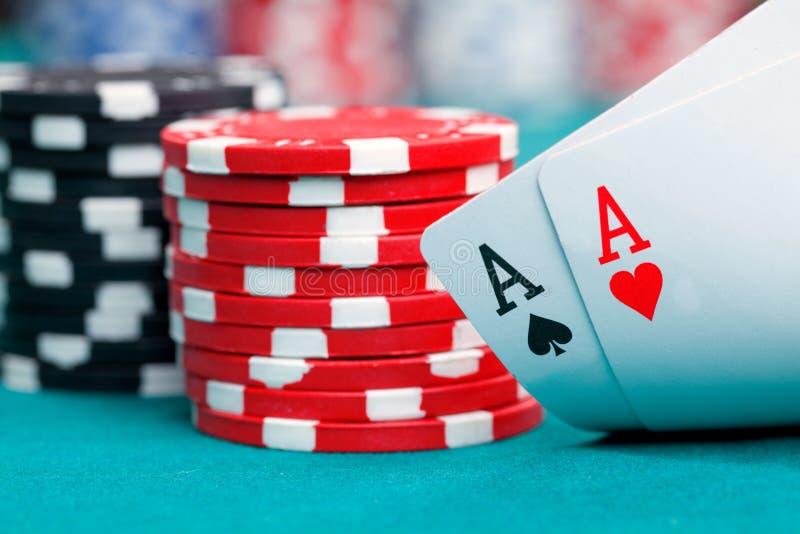 Twee azen en het gokken spaanders royalty-vrije stock fotografie