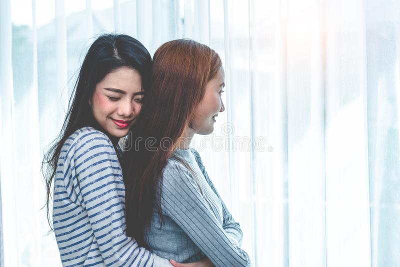 Twee Aziatische Lesbische vrouwenomhelzing en het omhelzen samen in slaapkamer Paarmensen en Schoonheidsconcept Gelukkige levenss stock afbeelding