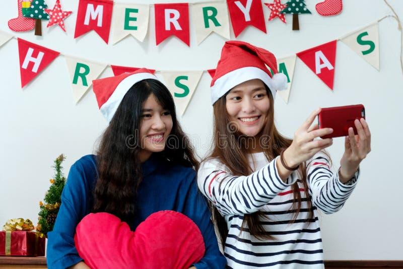 Twee Aziatische vrouwen selfie slimme telefoon in celebratio van de Kerstmispartij royalty-vrije stock foto