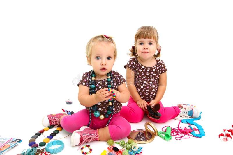 Twee babes met juwelen die op witte achtergrond worden geïsoleerd= royalty-vrije stock fotografie