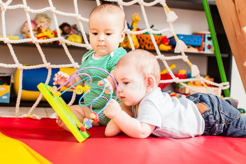 Twee babys die pret hebben royalty-vrije stock afbeeldingen