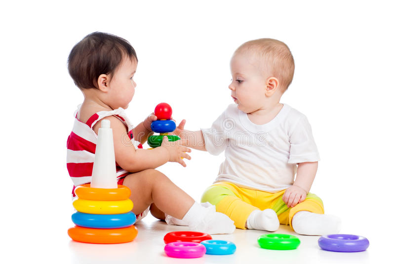 Twee babysmeisjes het spelen stock fotografie