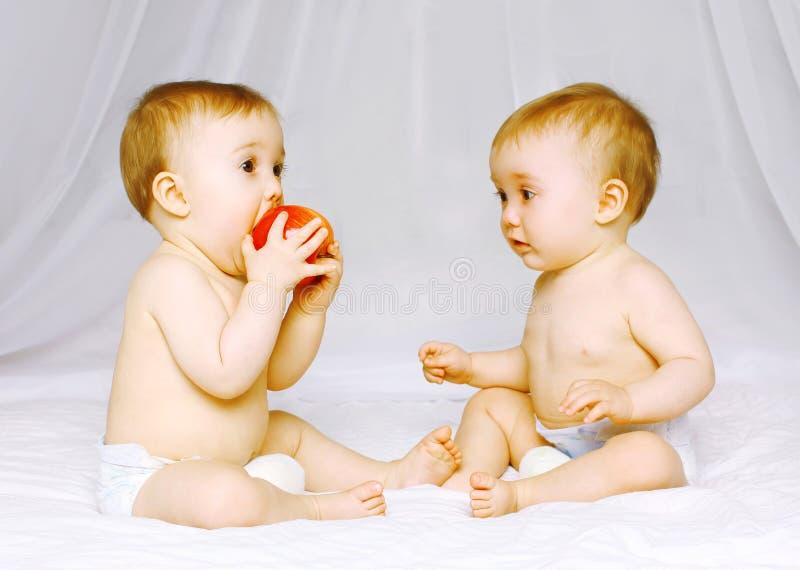 Twee babystweelingen op het bed stock fotografie