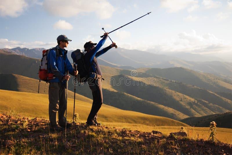 Twee backpackers in de berg royalty-vrije stock fotografie