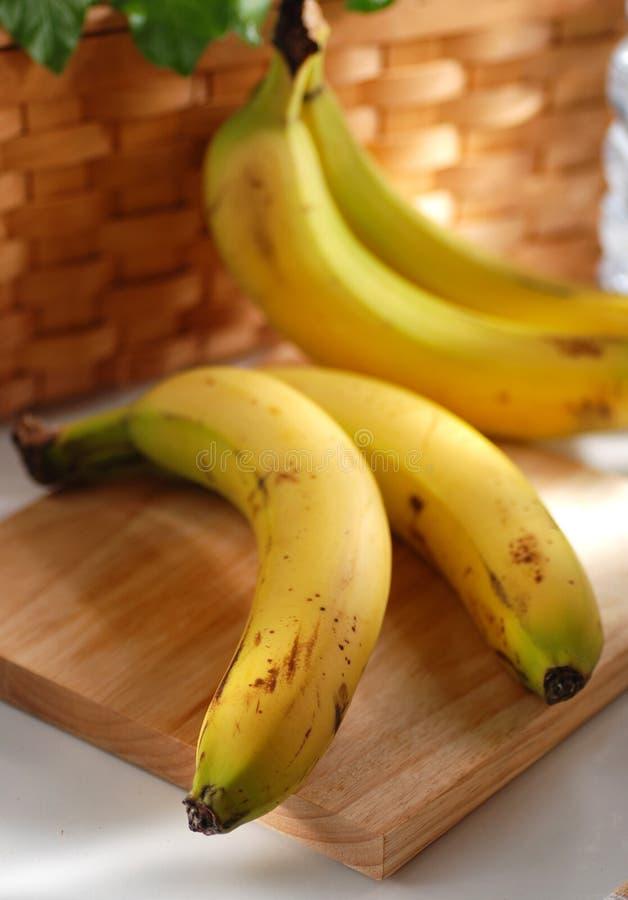 Twee bananen op het hakbord royalty-vrije stock foto