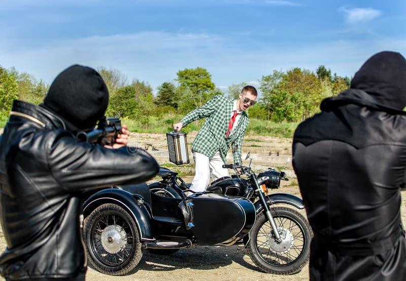 Twee Bandieten Die Een Mens Proberen Te Doden Royalty-vrije Stock Foto's