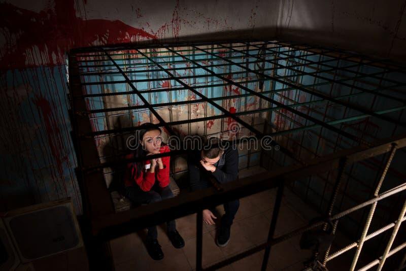 Twee bang gemaakte Halloween-slachtoffers in een metaalkooi royalty-vrije stock foto