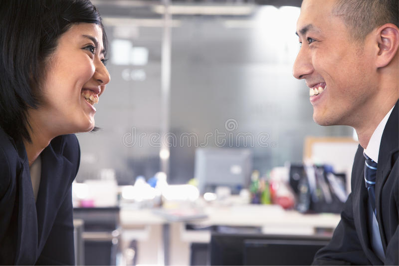 Twee bedrijfs en mensen die face to face glimlachen lachen royalty-vrije stock fotografie
