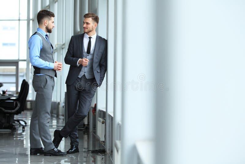Twee bedrijfscollega's op vergadering in modern bureaubinnenland royalty-vrije stock fotografie