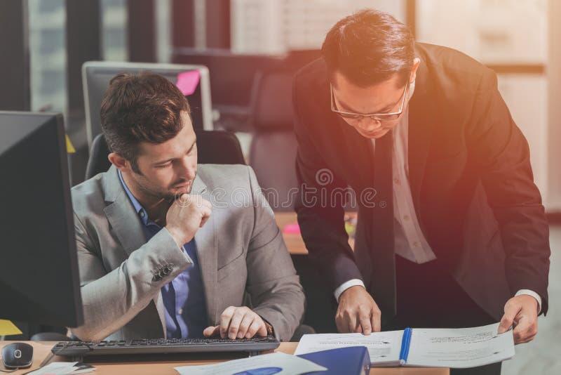 Twee bedrijfsmens die met partner voor mede-werkt spreken royalty-vrije stock afbeeldingen