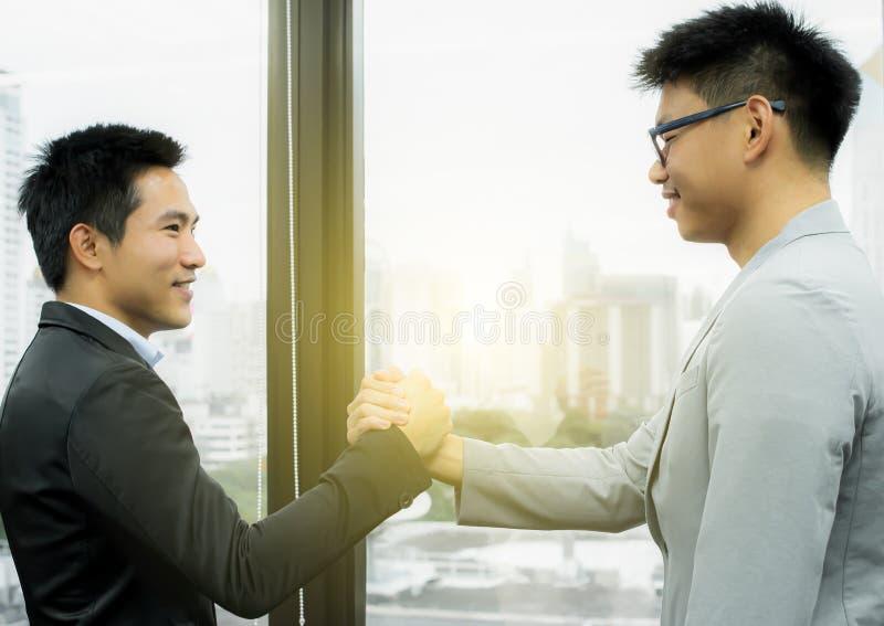 Twee bedrijfsmensen behandelen de zaken stock foto