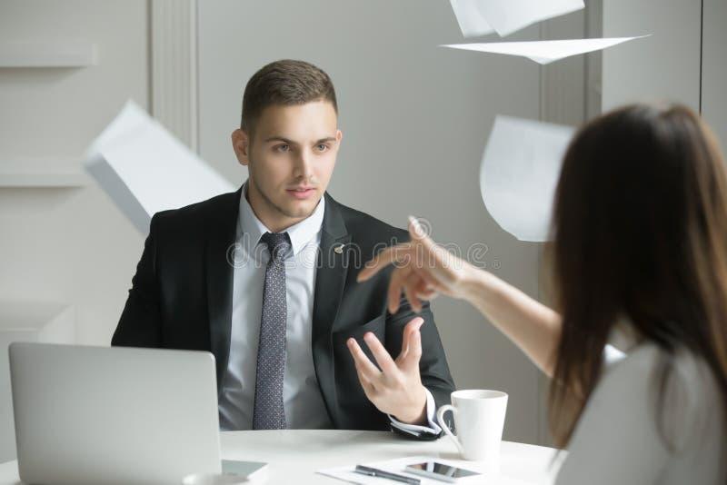 Twee bedrijfsmensen bij een verwarmde bespreking stock foto