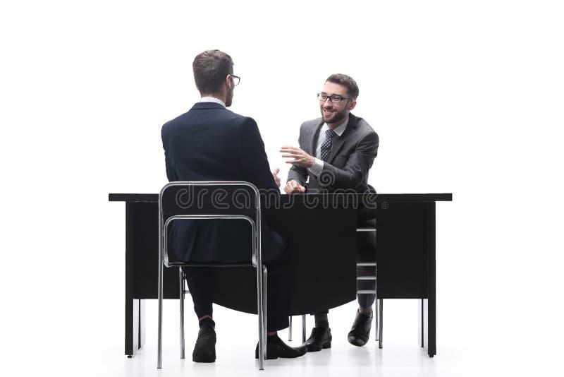 Twee bedrijfsmensen die bedrijfskwesties bespreken Ge?soleerd op wit stock foto's