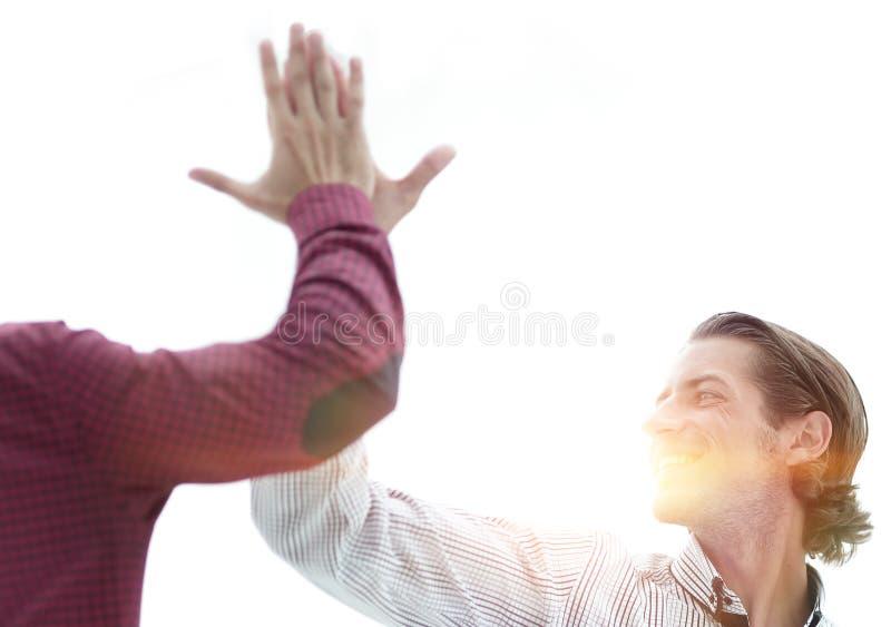 Twee bedrijfsmensen die elkaar een hoogte vijf geven stock foto's