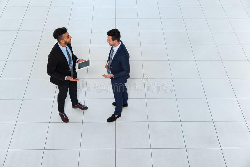 Twee Bedrijfsmensenvergadering die Projectplan bespreken die, de Mening van Zakenmantalking top angle communiceren stock afbeelding