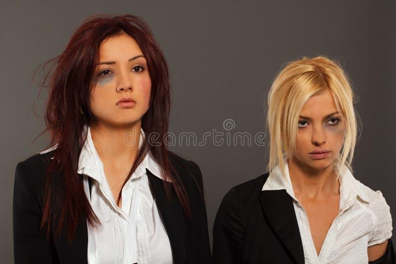 Twee bedrijfsvrouw na strijd stock afbeelding