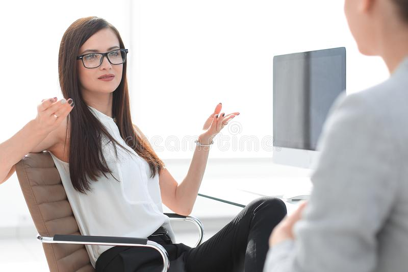 Twee bedrijfsvrouwen bespreken het probleem royalty-vrije stock afbeelding
