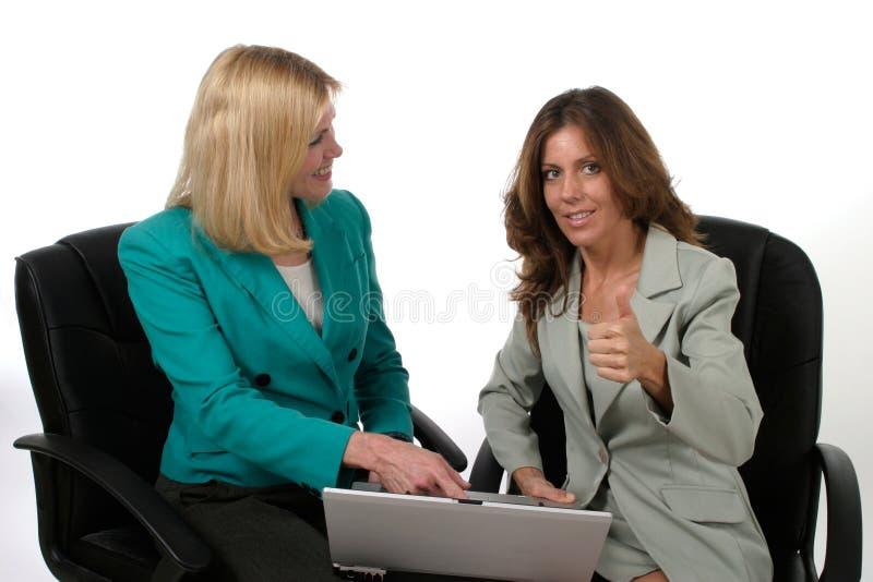 Twee BedrijfsVrouwen die aan Laptop 11 werken stock fotografie