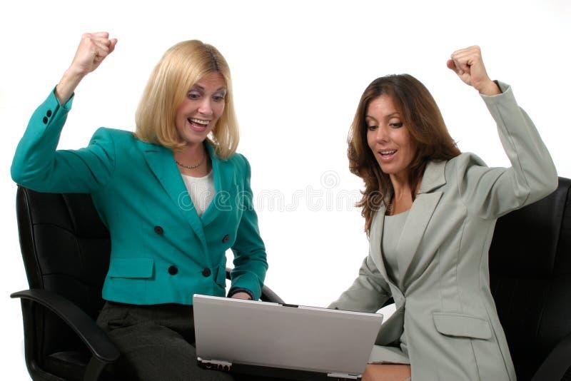 Twee BedrijfsVrouwen die aan Laptop 9 werken stock fotografie