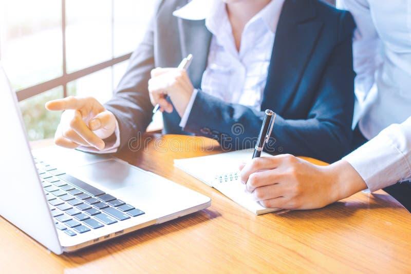 Twee bedrijfsvrouwen die in een notitieboekjecomputer werken en schrijven stock afbeeldingen