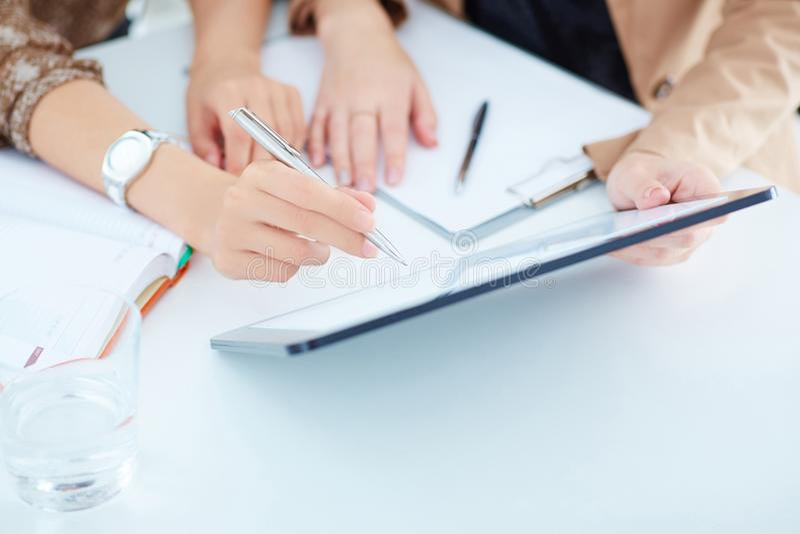Twee bedrijfsvrouwen in een vergadering die informatie over een tablet-PC bespreken stock foto's