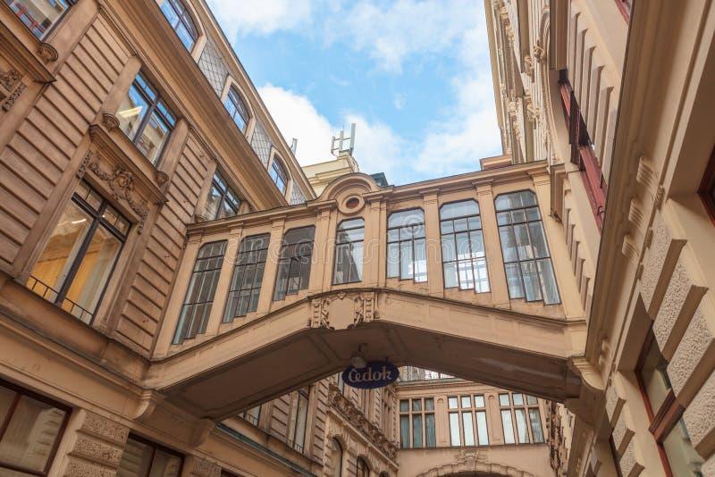 Twee behandelde bruggen die over Nekazanka-Straat in Praag overspannen stock afbeelding