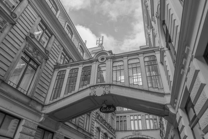 Twee behandelde bruggen die over Nekazanka-Straat in Praag overspannen royalty-vrije stock afbeeldingen