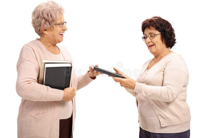 Twee bejaarden die boeken ruilen royalty-vrije stock foto's