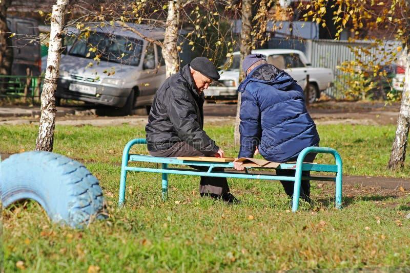 Twee bejaarden die controleurs op een straat in Vidnoe spelen royalty-vrije stock fotografie