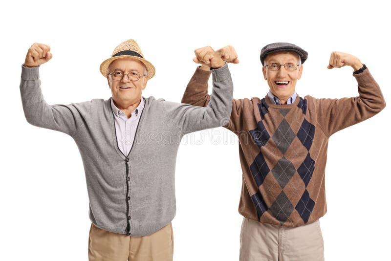 Twee bejaarden die hun bicepsen buigen stock afbeelding