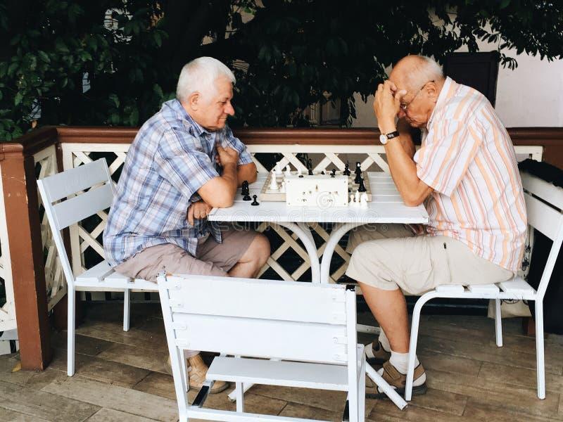 twee bejaarden die schaak op straat spelen royalty-vrije stock fotografie
