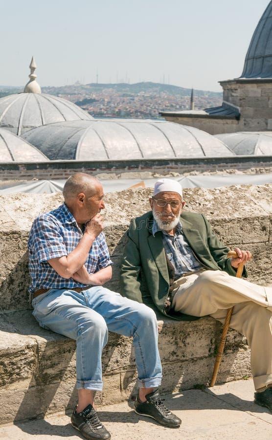 Twee bejaarden die in Suleymaniye-Moskee het complexe rusten situeren royalty-vrije stock foto's