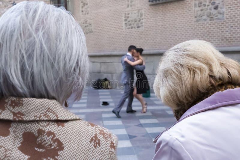 Twee bejaarden die tangodansers bekijken royalty-vrije stock fotografie